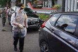 Petugas gabungan di Purwokerto semprotkan disinfektan secara massal