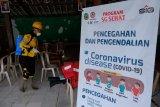Semen Gresik bantu semprot disinfektan fasilitas umum 2 kabupaten