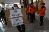 Petugas BPBD Jawa Timur mengangkut bantuan kebutuhan medis berupa alat