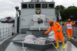 KRI Kakap beserta prajuritnya disemprot disinfektan saat tiba di Dermaga Lantamal VI