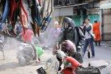 Pasar tradisional di Mataram disemprot disinfektan mencegah COVID-19