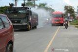 Polda Sulawesi Tenggara semprot 14.000 liter disinfektan ke ruas jalan raya