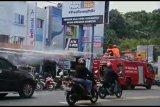 Lantamal Lakukan Penyemprotan Disinfektan Pakai Mobil Damkar