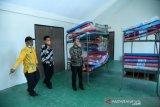 Bupati Bangka, Mulkan tinjau ruang isolasi ODP di GOR Sungailiat. Pemerintah Kabupaten Bangka memanfaatkan gedung olahraga (GOR) untuk isolasi bagi orang dalam pengawasan (ODP) virus COVID-19.