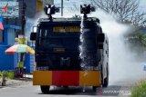 Penyemprotan disinfektan dengan menggunakan kendaraan water canon
