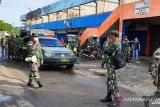 TNI semprotkan disinfektan di pasar tradisional Manokwar cegah Coronai