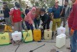 Legislator Wiyono dan Charli Dona semprot disinfektan di Pasar Puan Maimun