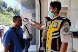 Dua Pekerja Migran Indonesia (PMI) menjalani pemeriksaan suhu tubuh saat tiba di Pos Lintas Batas Negara (PLBN) Entikong, Kabupaten Sanggau, Kalbar, Jumat (27/3/2020).Sebanyak 62 PMI bermasalah (overstay dan tidak memiliki ijin kerja) yang telah selesai menjalani masa hukuman di Depot Imigresen Semunjan (Serian), serta empat WNI repatriasi yang mendapat pendampingan dari KJRI Kuching Sarawak, dipulangkan Pemerintah Malaysia melalui PLBN Entikong. ANTARA FOTO/Agus Alfian/jhw/ama.