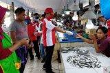 Pedagang ikan berebut masker gratis produksi siswa BLK Kendari