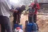 Relawan Tangkal COVID-19 Penajam racik cairan disinfektan sendiri