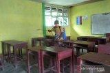 Cegah penyebaran COVID-19, anggota DPRD Sumbar semprot fasilitas umum di Padang Pariaman