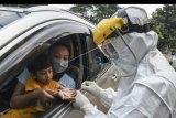 Petugas Dinas Kesehatan Kota Depok melakukan pengecekan kepada pengguna kendaraan saat tes cepat (rapid test) COVID-19 dengan sistem