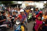 Pengendara memutar arah saat isolasi wilayah Kota Tegal, Jawa Tengah, Minggu (29/3/2020). Penutupan 50 titik jalan masuk ke Kota Tegal tersebut membuat warga harus memutar arah hingga tiga kilometer. ANTARA FOTO/Oky Lukmansyah/nym.