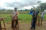 Polsek Kaureh-aparat Kampung Ongan Jaya buat tempat cuci tangan cegah COVID-19