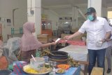 Pemkot Padang Panjang semprotkan disinfektan serta bagikan masker di Pasar