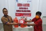 Pertamina membagikan makanan bagi peliput COVID-19 Manado