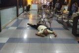 Petugas evakuasi warga pingsan di gedung Polda Metro Jaya