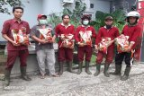 Tetap bekerja selama covid-19, petugas kebersihan di Bartim dapat bantuan beras