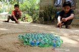 Sejumlah anak bermain kelereng di halaman rumahnya di Desa Alue Raya, Kecamatan Samatiga, Aceh Barat, Aceh, Senin (30/3/2020). Permainan tradisional yang populer di era 1980-an ini semakin jarang dimainkan anak-anak seiring maraknya permainan-permainan modern berteknologi canggih. Antara Aceh/Syifa Yulinnas.