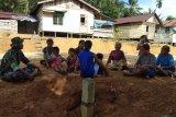 Prajurit TMMD membaur dengan ibu-ibu di Dusun Sekura