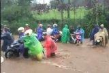Sejumlah sepeda motor terjebak banjir di Jalan Kertek-Kledung Wonosoba
