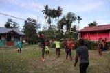 Pemuda kampung Kibay Keerom bermain bola volly bersama anggota Satgas TMMD