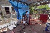 Pekerja menyelesaikan pembuatan bilik penyemprotan disinfektan yang merupakan industri rumahan di Tabanan, Bali, Senin (30/3/2020). Bilik penyemprotan disinfektan untuk pencegahan COVID-19 tersebut untuk memenuhi pesanan dari instansi pemerintah, rumah sakit, pasar tradisional, perusahan nasional dan swasta di Bali dengan harga Rp3 juta hingga Rp7 juta per unit. ANTARA FOTO/Nyoman Hendra Wibowo/nym.
