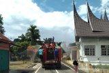 Anggota DPRD Payakumbuh Fahlevi Masni semprotkan disinfektan untuk satu kelurahan