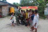 Satgas TMMD  ajari anak-anak kampung Epem Mappi cara sikat gigi