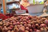 Pasar Raya Padang sepi, harga bawang merah tetap