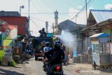 Tim KBR Polda NTB semprotkan disinfektan di kawasan rumah PDP