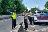 Polisi patroli di beberapa kawasan di Jakarta imbau warga yang berkumpul