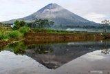 AKTIVITAS GUNUNG SEMERU MENINGKAT. Refleksi Gunung Semeru yang mengeluarkan awan panas dari kawasan Pranajiwo, Lumajang, Jawa Timur, Kamis (5/3/2020). Aktivitas vulkanik Gunung Semeru meningkat sejak sepekan terakhir dengan mengeluarkan awan panas sejauh tiga kilometer dan intensitas delapan kali guguran lava pijar serta status level II atau waspada. Antara Jatim/Umarul Faruq/zk