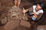 EKSKAVASI SITUS KEBOIRENG. Tim Balai Pelestarian Cagar Budaya (BPCB) Trowulan melakukan ekskavasi Situs Keboireng di Desa Ngerong, Kecamatan Gempol, Kabupaten Pasuruan, Jawa Timur, Jumat (6/3/2020). Ekskavasi dilakukan dengan menggali enam kotak yang berukuran 4 meter x 4 meter, yang kesemuanya berada di halaman sisi barat Candi Keboireng dan ditemukan Arca kepala Kala dan 3 buah struktur berbentuk persegi dengan ukuran 2,78 meter x 3 meter, yang ketiganya tersusun dari bahan andesit dengan pondasi dari batu bata yang diperkirakan merupakan candi perwara dari Candi Keboireng dengan dimensi Kala berukuran panjang 84 cm, tinggi 55 cm,  dengan ketebalan belum diketahui karena masih terbenam di antara reruntuhan. Antara Jatim/Umarul Faruq/zk