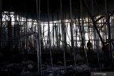 KEBAKARAN WAHANA WISATA DI MALANG. Petugas Pemadam Kebakaran berusaha memadamkan api yang menghanguskan wahana wisata baru Hawai Waterpark di Singosari, Malang, Jawa Timur, Jumat (20/3/2020). Meski tidak ada korban jiwa, namun kebakaran tersebut mengakibatkan kerugian hingga milyaran rupiah. Antara Jatim/H Prabowo/abs/zk