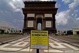MONUMEN SLG KEDIRI TUTUP. Foto suasana monumen Simpang Lima Gumul (SLG) di Kediri, Jawa Timur, Jumat (20/3/2020). Pemerintah daerah setempat menutup kawasan wisata andalah Kediri tersebut hingga batas waktu yang belum ditentukan guna menanggulang penyebaran COVID-19. Antara Jatim/Prasetia Fauzani/zk