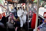 PENYEMPROTAN DISINFEKTAN BAGI PENGENDARA MOTOR. Petugas Badan Penanggulangan Bencana Daerah (BPBD) Jatim menyemprotkan cairan disinfektan di dalam Bus Suroboyo di Surabaya, Jawa Timur, Minggu (22/3/2020). Penyemprotan yang dilakukan ke sejumlah pengedara motor dan angkutan publik tersebut untuk mencegah penyebaran Virus Corona (COVID-19).  Antara Jatim/Zabur Karuru/zk