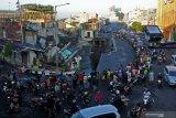 PERTOKOAN JOMPO AMBLAS. Sejumlah warga melihat pertokoan Jompo yang ambruk di Jalan Sultan Agung Jember, Jawa Timur, Senin (2/3/2020). Pertokoan Jompo ambruk akibat amblesnya Jalan Sultan Agung, salah satu jalan poros di tengah Kota Jember, dan mengancam belasan pertokoan lain di kawasan tersebut. Antara Jatim/Seno/zk
