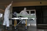 SIMULASI PENANGANAN PASIEN CORONA RS LAVALETTE MALANG. Petugas medis memindahkan pasien ke ruang  isolasi dalam Simulasi Penanganan Pasien Corona di Rumah Sakit Lavalette, Malang, Jawa Timur, Jumat (13/3/2020). Simulasi tersebut dilakukan untuk memastikan kesiapan sarana ruang isolasi dan peralatan medis sekaligus melatih koordinasi dalam penanganan pasien Covid-19 termasuk diantaranya penggunaan kostum Alat Pelindung Diri (APD). Antara Jatim/Ari Bowo Sucipto/zk