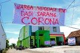 UNJUK RASA TOLAK TEMPAT ISOLASI PASIEN COVID-19. Warga melakukan unjuk rasa dengan membentangkan sejumlah spanduk di depan puskesmas Sidodadi, Kecamatan Candi, Sidoarjo, Jawa Timur, Selasa (31/3/2020). Mereka menolak keras rencana puskesmas Sidodadi yang baru dibangun akan dijadikan sebagai tempat isolasi pasien COVID-19 karena wilayah candi sendiri merupakan zona merah penyebaran virus Corona.  Antara Jatim/Umarul Faruq/zk