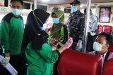 Petugas medis memeriksa kartu identitas seorang warga negara Indonesia (WNI) yang pulang dari Malaysia di Pelabuhan Bandar Sri Junjungan Dumai di Dumai, Riau, Sabtu (28/3/2020). Pengawasan diperketat terhadap WNI yang pulang secara resmi atau melalui jalur ilegal dari Malaysia di Pelabuhan Dumai untuk mengantisipasi penyebaran wabah COVID-19 di tanah air dan pada hari ini tercatat 68 WNI yang akan pulang ke Aceh, Sumut, Sumbar, dan Jambi lewat pelabuhan tersebut. ANTARA FOTO/Aswaddy Hamid/hp.
