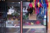 Seorang penjahit membuat masker berbahan dasar kain di Limba U 2, Kota Gorontalo, Gorontalo, Kamis (1/4/2020). Sejumlah penjahit pakaian beralih untuk memproduksi dan menjual masker kain dengan harga Rp10 ribu per buah seiring sepinya konsumen dan meningkatkan permintaan masker akibat merebaknya pandemi COVID-19. ANTARA FOTO/Adiwinata Solihin