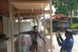 Benar-benar kreatif, seorang pemuda di Kota Solok rancang bilik disinfektan otomatis berbiaya murah