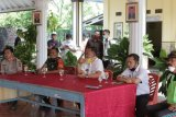 Relawan dan masyarakat lakukan penyemprotan disinfektan di Pekon Wonodadi