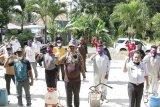 Kwarcab Pramuka Pringsewu lakukan disinfektan di rumah-rumah warga