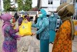 Ketua TP PKK Lampung serahkan bantuan sembako untuk petugas non-medis RSUD Abdoel Moeloek