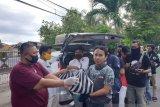 Warga Mataram membagikan sembako untuk warga miskin terdampak COVID-19