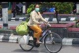 Seorang warga menggunakan masker saat berada di luar ruangan di Klaten, Jawa Tengah, Kamis (2/4/2020). Pemerintah Kabupaten Klaten menetapkan status Kejadian Luar Biasa (KLB) COVID-19 setelah seorang pasien dinyatakan positif terinfeksi virus COVID-19. ANTARA FOTO/Aloysius Jarot Nugroho/nym