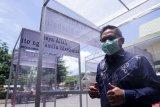 Wali Kota Gorontalo, Marten Taha mencoba bilik disinfektan bantuan dari pengusaha warung kopi (Warkop) Amal, Ramli Anwar di kantor Wali Kota Gorontalo, Kota Gorontalo, Gorontalo, Kamis (2/4/2020). Pemberian bantuan empat bilik disinfektan tersebut bertujuan untuk membantu Pemerintah Kota (Pemkot) Gorontalo dalam mencegah penyebaran pandemi COVID-19 yang akan ditempatkan di kantor, masjid dan pasar. (ANTARA FOTO/Adiwinata Solihin)