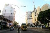 Sejumlah kendaraan melintasi kawasan Jalan Gajahmada, Pontianak, Kalimantan Barat, Rabu (1/4/2020). Terhitung mulai Kamis (2/4/2020) hingga waktu yang belum ditentukan, pemerintah setempat akan menutup Jalan Gajahmada yang merupakan pusat bisnis dan perdagangan terbesar di Kota Pontianak dari pukul 09.00 hingga 18.00 wib untuk mencegah meluasnya penyebaran COVID-19. ANTARA FOTO/Jessica Helena Wuysang/hp.